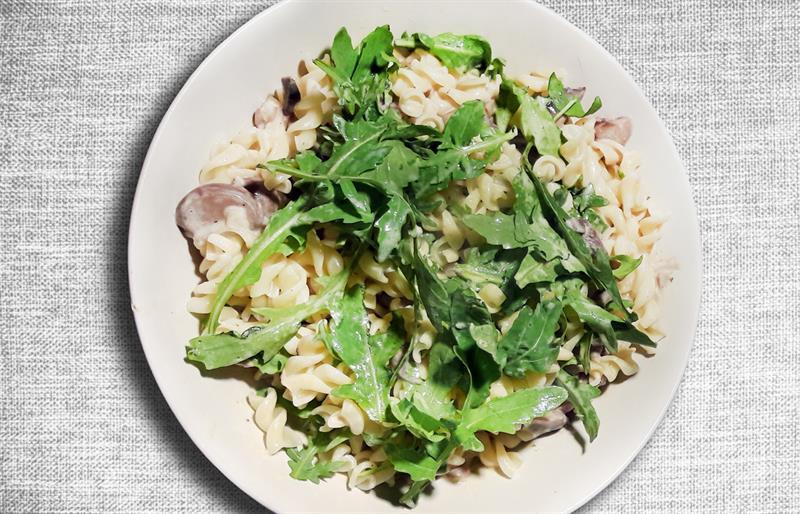 Kicsit tészta, kicsit saláta: izgalmas gombás-rukolás fusili