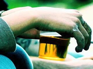 A magányosok társadalmának reggelije: cigi, sör, energiaital (Felidéző)