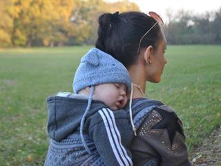 """""""Az igény szerint hordozott babák kevesebbet sírnak, nyugodtabbak"""""""