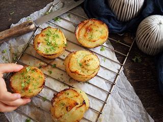 Egyszerű, de nagyon mutatós köret: fűszeres-krémes burgonyatornyok