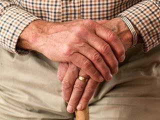 Hátborzongató bűnözési forma hódít a csalók körében: telefonos öregezés! (Felidéző)