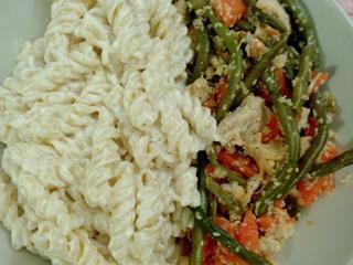 Keletről fúj a tavaszi szél: zöldséges-szezámmagos csirkemell joghurtos tésztával
