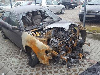 Kiégett autó a járdán, de miért? Ki tud erre nekem választ adni?