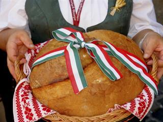 Klasszikus, kovászos új kenyér az asztalra (Felidéző)