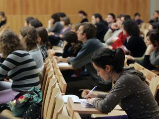 Korlátolt oktatók, életszerűtlen tananyag - így oktatják a jövő értelmiségét!