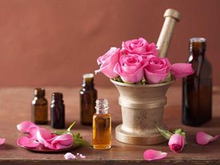 Legyél te is parfümőr, készítsd el saját illatodat a húsvéti locsolkodáshoz! (recepttel)