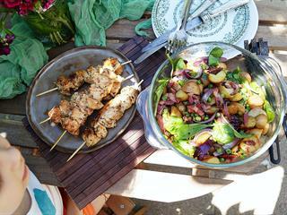 Nyár eleji krumplisaláta spenóttal és aszalt paradicsommal