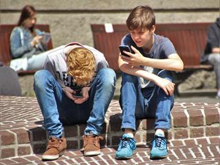 Tényleg kell a mobil egy gyerek kezébe?