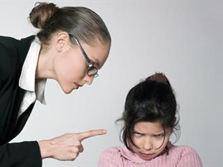 """""""Úgy megszorított, majdnem lenyeltem a mandulámat!"""" – Mit lehet tenni, ha a pedagógus alkalmaz erőszakot?"""