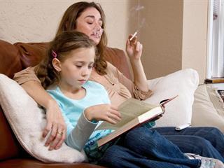 """""""Utáltam, hogy cigire mindig volt pénz, akkor is, ha a lábamról már leszakadt a cipő"""" - üzenet a dohányos szülőknek (Felidéző)"""