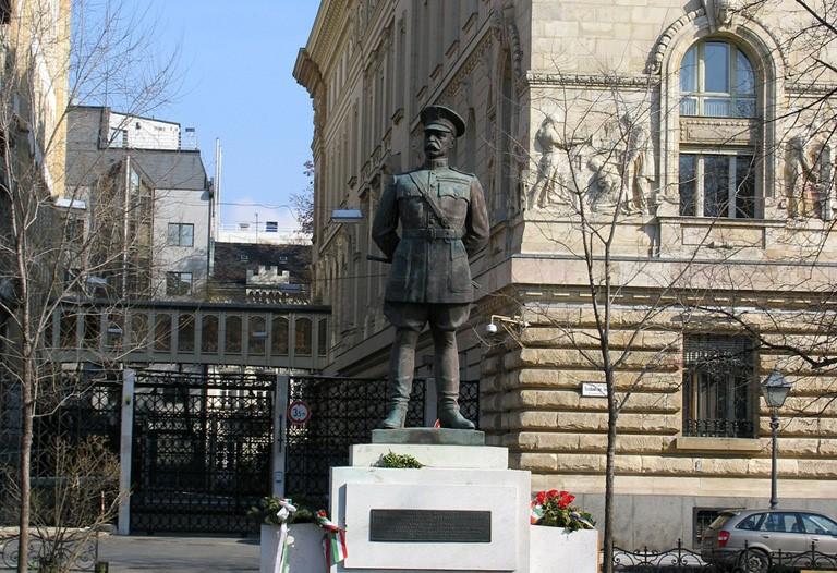 Harry Hill Bandholtz szobra