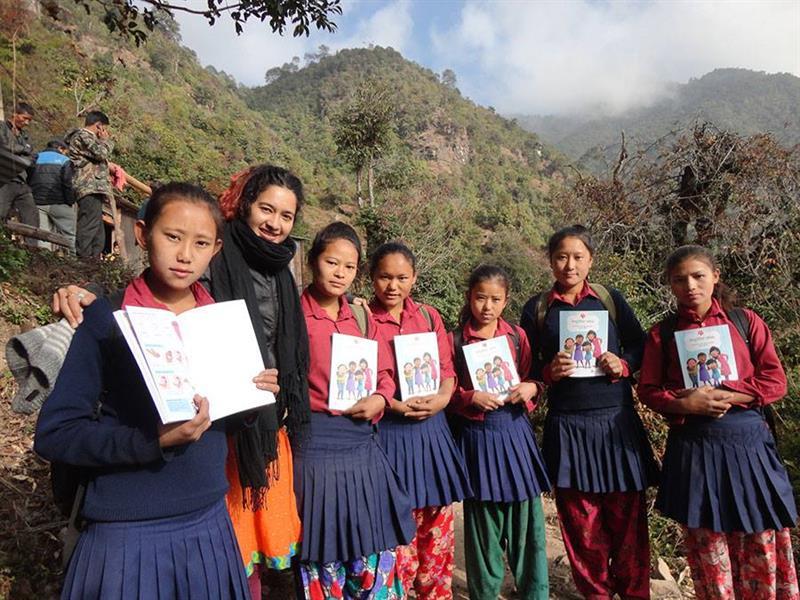 Nepáli lányok a tájékoztató füzettel (fotó: menstrupedia.com)